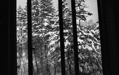 Photo: 窓と雪 2006. Japan, Zeiss Ikon, Carl Zeiss Biogon T* 2.8/28(ZM), Kodak 400TX
